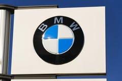Logotipo da empresa automóvel de BMW na frente do negócio que constrói o 31 de março de 2017 em Praga, república checa Imagem de Stock
