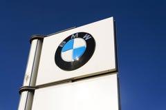 Logotipo da empresa automóvel de BMW na frente do negócio que constrói o 31 de março de 2017 em Praga, república checa Imagens de Stock Royalty Free