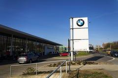 Logotipo da empresa automóvel de BMW na frente do negócio que constrói o 31 de março de 2017 em Praga, república checa Fotos de Stock Royalty Free