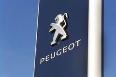 Logotipo da empresa automóvel de Peugeot na frente do negócio que constrói o 31 de março de 2017 em Praga, república checa Imagens de Stock Royalty Free