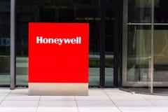 Logotipo da empresa de Honeywell na construção das matrizes Fotos de Stock