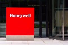 Logotipo da empresa de Honeywell na construção das matrizes Fotografia de Stock