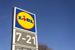 Logotipo da empresa de LIDL na frente do supermercado da corrente alemão, parte de Schwartz Gruppe em Praga, republi checo Imagem de Stock