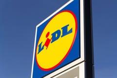 Logotipo da empresa de LIDL na frente do supermercado da corrente alemão, parte de Schwartz Gruppe em Praga, republi checo Fotos de Stock Royalty Free