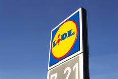 Logotipo da empresa de LIDL na frente do supermercado da corrente alemão, parte de Schwartz Gruppe em Praga, republi checo Imagens de Stock Royalty Free
