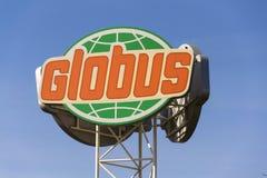 Logotipo da empresa do hipermercado de Globus na frente da loja o 25 de fevereiro de 2017 em Praga, república checa Fotos de Stock Royalty Free