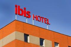 Logotipo da empresa do hotel dos íbis na construção o 1º de outubro de 2015 em Praga, república checa Fotografia de Stock