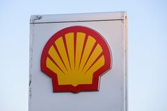 Logotipo da empresa petrol?fera de Shell no posto de gasolina fotos de stock royalty free