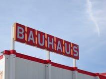 Logotipo da loja do Bauhaus contra o c?u azul imagens de stock royalty free