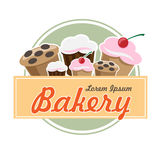 Logotipo da padaria no projeto liso do vintage com bolos e queques Foto de Stock Royalty Free