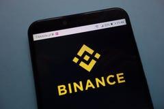 Logotipo da troca do cryptocurrency de Binance no smartphone imagem de stock royalty free