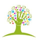 Logotipo das mãos e dos corações da árvore Fotos de Stock