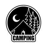 Logotipo de acampamento da noite Emblema para o acampamento da acomodação Sagacidade da paisagem Imagens de Stock