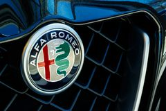 Logotipo de Alfa Romeo, uma divisão de FCA I fotos de stock royalty free