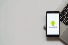 Logotipo de Android en la pantalla del smartphone Fotografía de archivo libre de regalías
