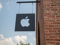 Logotipo de Apple e sinal cortados fora de Williamsburg, lugar de NY imagem de stock royalty free