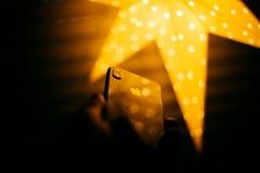 Logotipo de Apple iluminado por el iPhone X de la estrella Imagen de archivo libre de regalías
