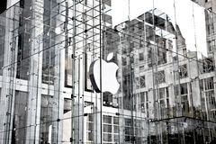 Logotipo de Apple no cubo de vidro da loja da maçã na 5a avenida Fotografia de Stock Royalty Free