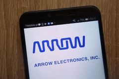 Logotipo de Arrow Electronics indicado em um smartphone moderno fotos de stock royalty free