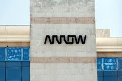 Logotipo de Arrow Electronics na construção da seta fotos de stock royalty free