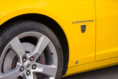 Logotipo de Autobots en nuevo Chevrolet Camaro Fotos de archivo libres de regalías