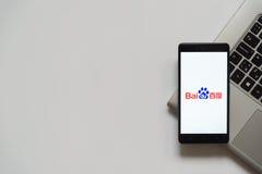 Logotipo de Baidu en la pantalla del smartphone Imagenes de archivo