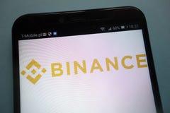 Logotipo de Binance em um smartphone foto de stock