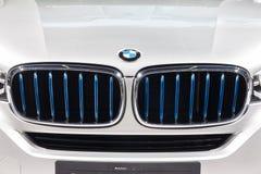 Logotipo de BMW en la parrilla delantera de X5 eDrive Imagen de archivo