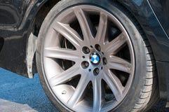 Logotipo de BMW na borda de alumínio fotografia de stock royalty free