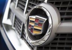 Logotipo de Cadillac en el frente del coche, tomado dentro de una prueba de conducción Imagenes de archivo