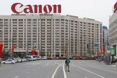 Logotipo de Canon en la calle cordoned apagado antes de marzo y la reunión de la oposición Imagenes de archivo