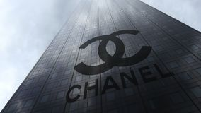 Logotipo de Chanel em nuvens refletindo de uma fachada do arranha-céus Rendição 3D editorial Foto de Stock