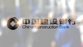Logotipo de China Construction Bank em um vidro contra a multidão borrada no steet Rendição 3D editorial Foto de Stock