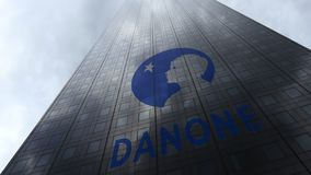 Logotipo de Danone em nuvens refletindo de uma fachada do arranha-céus Rendição 3D editorial Fotos de Stock