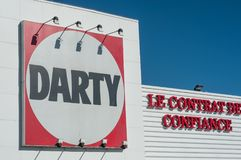 Logotipo de Darty na parte dianteira da loja no fundo do céu azul - Darty é o líder da venda da corrente dos aparelhos eletrodomé Imagens de Stock Royalty Free