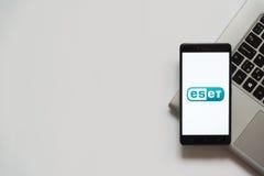 Logotipo de Eset en la pantalla del smartphone Foto de archivo