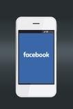 Logotipo de Facebook en la pantalla del smartphone Imagen de archivo libre de regalías