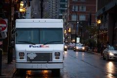 Logotipo de Fedex en uno de sus camiones de reparto en una calle de Montreal, Quebec imágenes de archivo libres de regalías