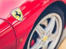 Logotipo de Ferrari en el lado del coche Foto de archivo libre de regalías