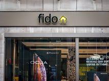 Logotipo de Fido delante de su boutique local en Montreal Telus es una compañía de telecomunicaciones canadiense foto de archivo