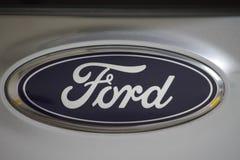 Logotipo de Ford em um carro cinzento, um fabricante de automóveis multinacional americano fotografia de stock