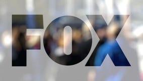 Logotipo de Fox Transmissão Empresa em um vidro contra a multidão borrada no steet Rendição 3D editorial Fotografia de Stock Royalty Free