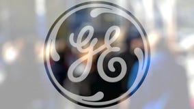 Logotipo de General Electric em um vidro contra a multidão borrada no steet Rendição 3D editorial Fotografia de Stock Royalty Free