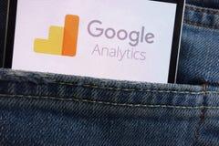Logotipo de Google Analytics indicado no smartphone escondido no bolso das calças de brim fotografia de stock