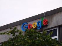 Logotipo de Google en el lado del edificio Imagen de archivo libre de regalías