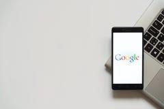 Logotipo de Google en la pantalla del smartphone Fotografía de archivo