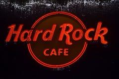 Logotipo de Hard Rock Cafe que brilla intensamente en Citywalk universal, Orlando, la Florida fotos de archivo libres de regalías