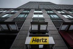 Logotipo de Hertz em seu escritório principal para Montreal, Quebeque Hertz é uma empresa do aluguer de carros da propagação dos  imagem de stock