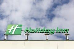 Logotipo de Holiday Inn en un edificio Fotos de archivo libres de regalías