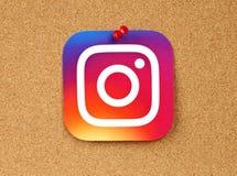 Logotipo de Instagram fijado en fondo del corcho imagen de archivo